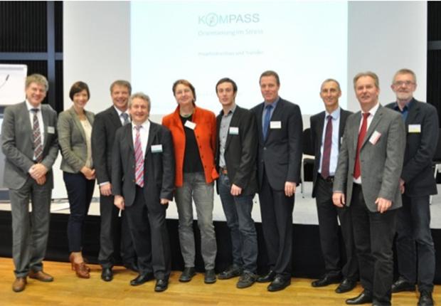 Mathias Hofmann (GF, SHS CONSULT); Susanne Recknagel (Projektleiterin, SHS CONSULT); Horst-Hermann Müller (GF, Jobcenter Paderborn); Rainer Radloff (GF, Jobcenter Bielefeld); Annelie Buntenbach (Vorstandsmitglied, DGB); Michael Henke (Jobcenter Lippe); Martin Schoppmeier (GF, Jobcenter Höxter); Fred Kupczyk (GF, Jobcenter Gütersloh); Klaus Binnewitt (GF, Jobcenter Herford); Detlev Beinke  (stellv. GF, Jobcenter Herford).  Gerne senden wir Ihnen das Bild auch in höherer Qualität zu. (Foto: SHS CONSULT GmbH )