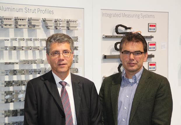 Professor Jürgen Jasperneite (CIIT) (rechts im Bild) und Günter Krenz (Bosch Rexroth) unterzeichneten auf der SPS/IPC/Drives 2014 eine Erklärung für die zukünftige Partnerschaft. (Foto: CIIT/BR)