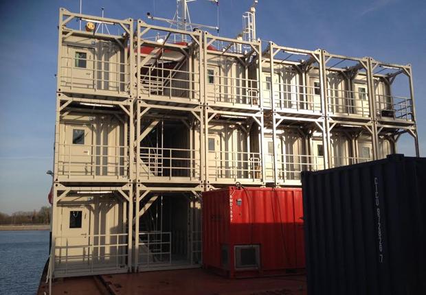 Dreistöckiges Containergebäude auf einem Versorgungsschiff (Foto: ELA Container Offshore GmbH)