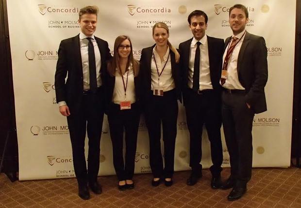 Das Paderborner Team freut sich über die Topplatzierung bei der 34. John Molson MBA International Case Competition in Montreal, von links nach rechts: Mirko Brunk, Nora Otters, Kahtarina Stein, Massud Parwani, Dr. Volker Seiler. (Foto: Universität Paderborn)