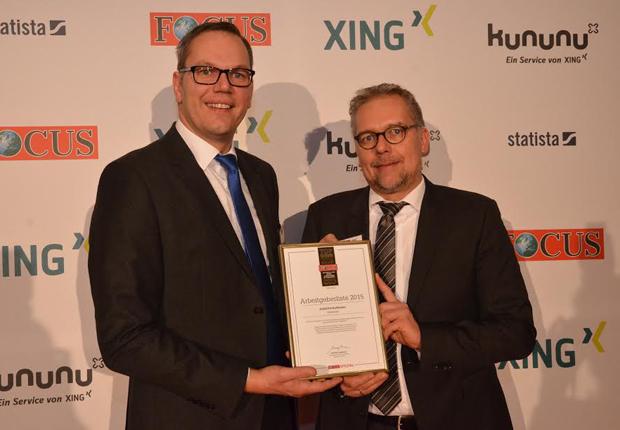 Alexander Schmidt (l.), Leiter der AGRAVIS-Personalentwicklung, und Thorsten Krüger, AGRAVIS-Personalmanager, nahmen die Auszeichnung während eines Festabends in Berlin in Empfang. (Foto: AGRAVIS Raiffeisen AG)