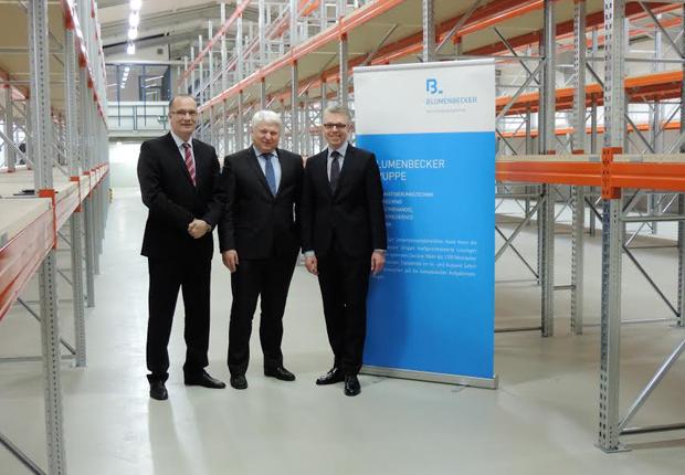 Dr. Klaus Vatter (links), Geschäftsführer der Meta-Regalbau GmbH & Co. KG, ließ sich vor der Inbetriebnahme von Dr. Wolfgang Fink und Olaf Lingnau (rechts) durch das neue Logistikzentrum am Sudhoferweg führen. (Foto: B+M Blumenbecker GmbH)