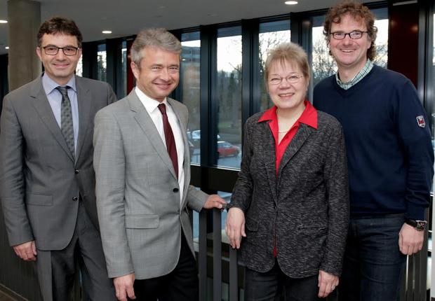 Prof. Dr. Martin Schneider (links), Dekan der Fakultät für Wirtschaftswissenschaften freut sich über die Spitzenpositionen beim Handelsblatt BWL- Ranking zusammen mit den Platzierten: Prof. Dr. Bernd Frick, Prof. Dr. Leena Suhl und Prof. Dr. Rüdiger Kabst (rechts). (Foto: Universität Paderborn, Vanessa Dreibrodt)