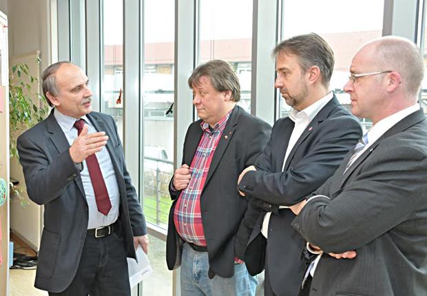 Arbeiten gemeinsam für die Ausbildung in Lippe (von links): Helmut Brodowski (Handwerkskammer OWL), Stefan Marx, Markus Rempe und Martin Raithel (IHK Lippe zu Detmold) (Foto: Kreis Lippe)