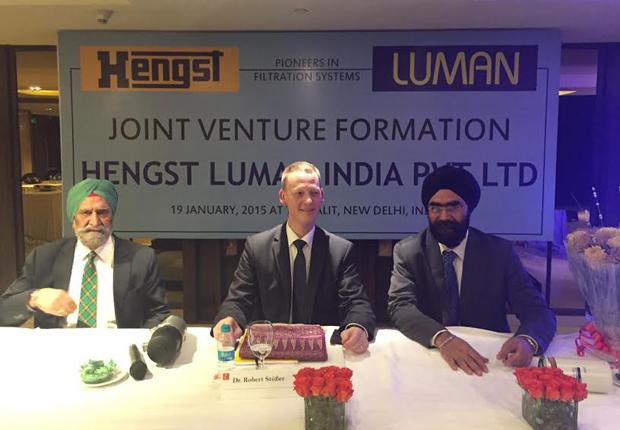 Vertragsunterzeichnung für das Joint Venture in Indien, v.li.: Avtar Singh Sethi (Luman Automotive), Dr. Robert Stößer (Geschäfts- führender Direktor Hengst Gruppe), Jagmeet Singh Sethi (Luman Automotive). (Foto: Hengst SE & Co. KG)