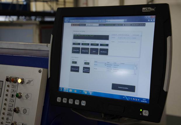 Wenner/Maschine.jpg: Die ads-tec-Terminals sind auf einer selbstgebauten Säule an der Maschine befestigt. (Foto: Friedrich Wenner Vollpappen-Verarbeitungswerk GmbH)