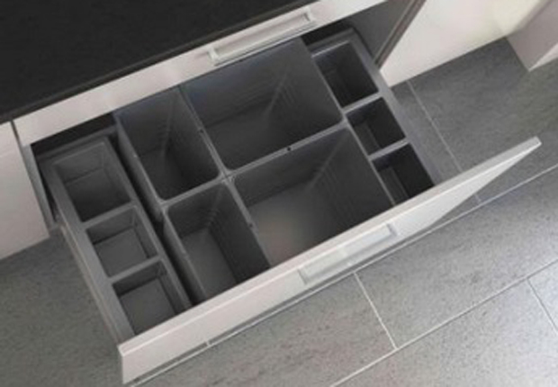 Die neue 'Sidebox' aus hochwertigem Kunststoff – rechts bzw. links neben Abfallsammlern – ist praktisch, stabil, hygienisch und ansprechend gestaltet. Vor allem: Sie sagt wild herumliegenden Putzutensilien, Lappen, Bürsten den Kampf an. (Foto: Ninkaplast GmbH)
