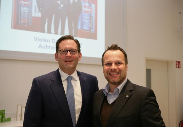 Tauschten sich über Produktion und Marketing aus: Christoph Harras-Wolff (Dr. Wolff-Gruppe, links) und Sebastian Ernst (Vorstandssprecher Wirtschaftsjunioren Ostwestfalen) (Foto: Wirtschaftsjunioren Ostwestfalen e.V.)
