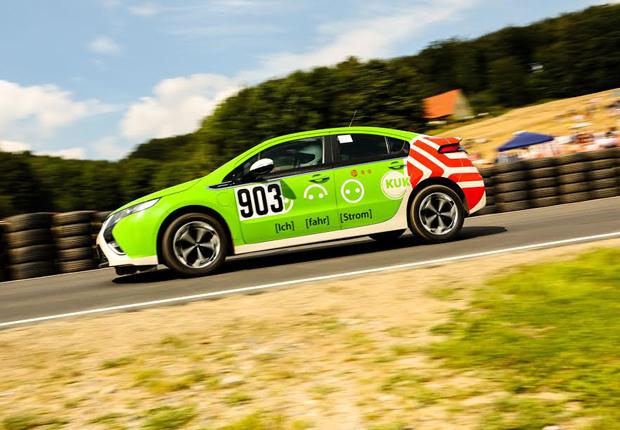 """Markenvielfalt ist auch im Wettbewerb des """"3. E-Mobil-Berg-Cups"""" angesagt: Der BMW i8 ist immer ein Zuschauermagnet; in puncto Schnelligkeit gelten die Tesla Roadster wieder als Spitzenreiter und der Gesamtsieger aus 2014, Peter Schaar mit dem Opel Ampera, geht wieder an den Start. (Foto: Stadtwerke Osnabrück AG)"""