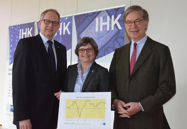 Präsentierten den Konjunkturlagebericht: Ernst-Michael Hasse, Präsident der IHK Lippe (r.), Axel Martens, Hauptgeschäftsführer und Maria Klaas, Geschäftsführerin. (Foto: IHK Lippe)