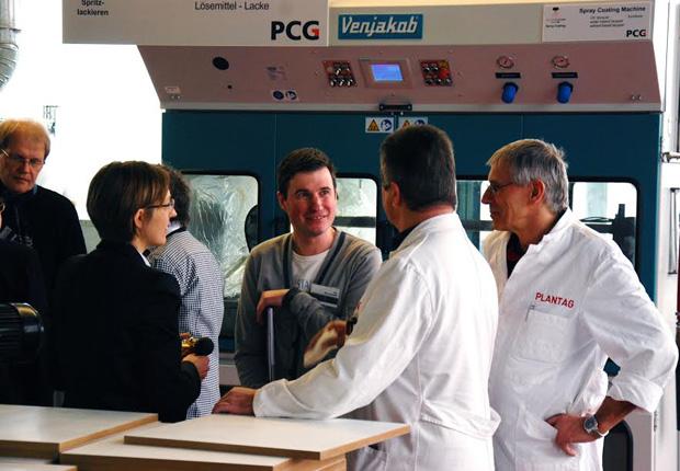 Mitarbeiter der PLANTAG Coatings GmbH im Gespräch mit Studenten der Hochschule OWL (Foto: PLANTAG Coatings GmbH)