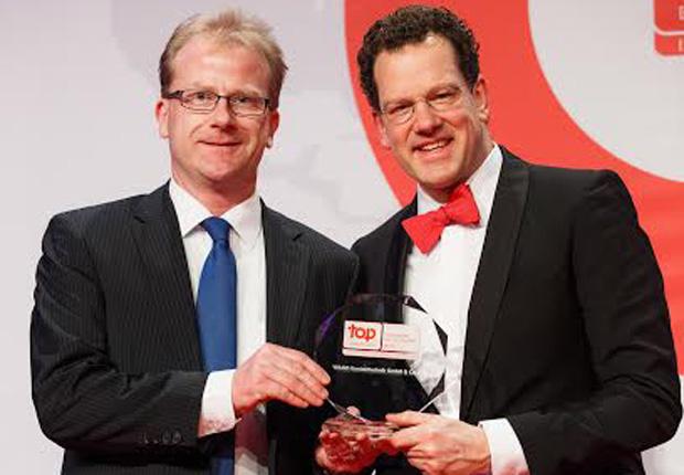 Eckhard Stach, Leiter für Recruiting und Personalmarketing (links), nimmt die Auszeichnung entgegen. (Foto: 2015 Top Employers Institute)