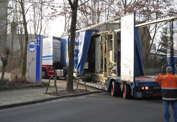 Zur Entladung zurecht gerückt. Der mit einem neuen Bearbeitungszentrum beladene Schwertransport auf den letzten Metern zur Entladeposition bei der Fa. Brüggemann & Weiss in Münster, die damit die eigene Produktion um eine schlagkräftige Maschineneinheit erweitert. (Foto: Brüggemann & Weiss GmbH & Co. KG)
