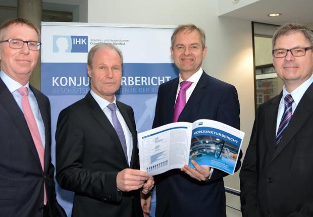 Präsentierten die Ergebnisse der IHK-Konjunkturumfrage Frühjahr 2015 für die Industrie: Harald Grefe, stv. IHK-Hauptgeschäftsführer, Thomas Niehoff, IHK-Hauptgeschäftsführer, Wolf D. Meier-Scheuven, IHK-Präsident und Dr. Christoph von der Heiden, IHK-Geschäftsführer. (Foto: IHK Ostwestfalen zu Bielefeld)