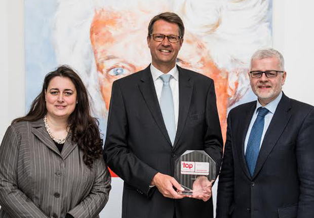 Freuen sich über die Zertifizierungen Top Arbeitgeber Deutschland und Top Arbeitgeber Ingenieure: Vorstandsvorsitzender Christian Wendler (Mitte), Director of Human Resources Ralf Klemme (Rechts) und Verena Liane Ottermann, Human Resources Managerin (Links). (Foto: Lenze)