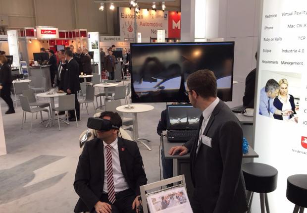 Die Möglichkeiten des Virtual Reality für Automobilkonzerne der Zukunft begeisterte selbst Olaf Lies, auf dem SALT AND PEPPER Stand. (Foto: SALT AND PEPPER)