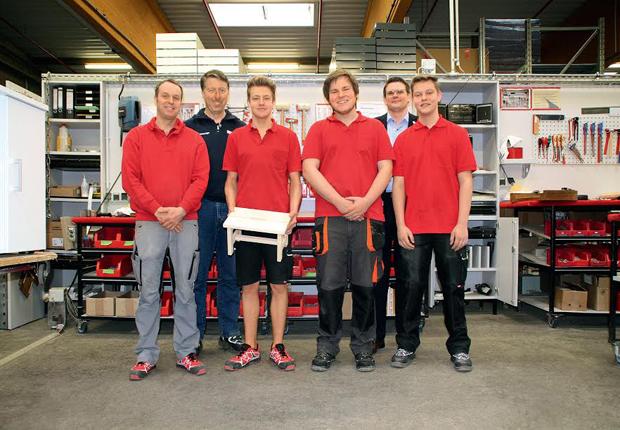Hat sich gut eingelebt bei Assmann: Jonas Beins (ganz rechts im Bild) ehemaliger Holzmechaniker in Ausbildung bei Holtkamp, in der Echtholzabteilung seines neuen Ausbildungsbetriebs. v.l.n.r. Jan-Christof Last (Tischler), Klaus-Dieter Fassunge (Teamleiter), Mirco Meyer (Auszubildender), Nico Vietinghoff (Auszubildender), Alexander Neudorf (Personalleiter) und Jonas Beins. (Foto: ASSMANN BÜROMÖBEL GMBH & CO. KG)