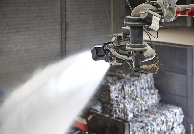 Der Werfer richtet sich selbstständig aus und kühlt mit Oszillierbewegungen zielgerichtet den Brandherd ab. (Foto: Karl Tönsmeier Entsorgungswirtschaft GmbH & Co. KG)