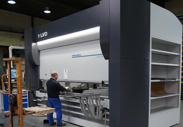 Die Produktion mit einer neuen automatisierten Abkantpresse ermöglicht durch einen sehr schnellen robotergesteuerten Werkzeugwechsel eine besonders wirtschaftliche Produktion von Kleinserien. (Foto: Gerber Communications GmbH)