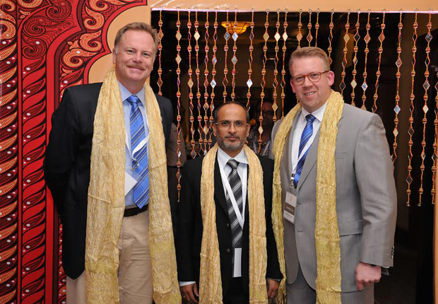 Girish Rao, Chief Executive Officer HARTING Indien (Mitte), freute sich, Detlef Sieverdingbeck (links), Zentralbereichsleiter Publizistik und Kommunikation, und Edgar-Peter Düning, Geschäftsführer HARTING Electric, in Indien begrüßen zu können. (Foto: HARTING KGaA)