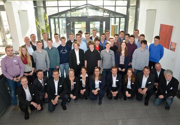 26 junge Männern und Frauen starten im Sommer eine Ausbildung beim Elektrotechnikunternehmen Weidmüller und erhielten dafür nun ihren Ausbildungsvertrag. (Foto: Weidmüller)