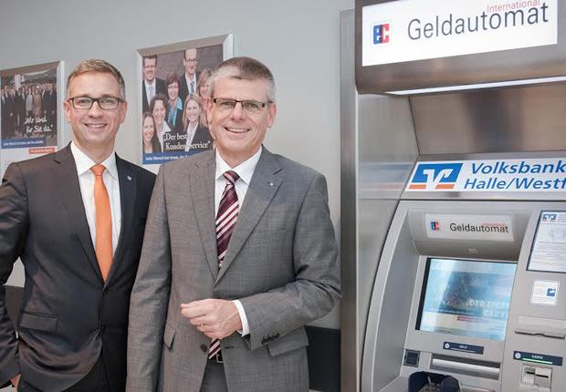 Die Vorstände der Volksbank Halle, Harald Herkströter (links) und Rainer Peters, freuen sich über die Auszeichnung zur Nr.1 – VR-Förderbank 2014. (Foto: Volksbank Halle/Westf. eG )