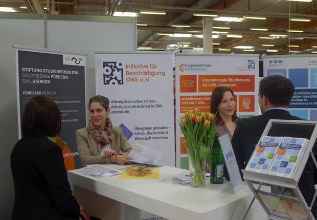 Studierende im Gespräch mit der IfB OWL zu den Speed-Datings auf der Jobmesse. (Foto: Initiative für Beschäftigung OWL e. V. )