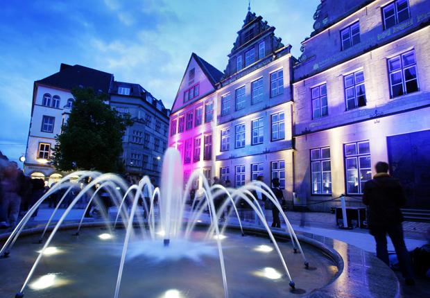 """""""Bei den Nachtansichten 2015 am 25. April werden wieder Fassaden in der Bielefelder Altstadt atmosphärisch beleuchtet."""" (Foto: Bielefeld Marketing GmbH)"""