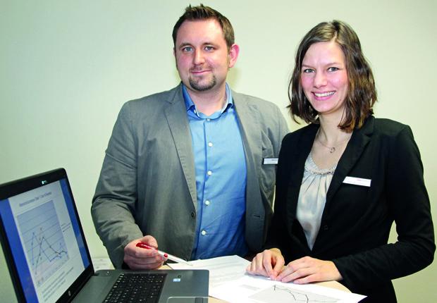 Haben die Entwicklungskurven und Statistiken im Auge - Katja Buschmann und Patrick Kubitza sind die neuen Demographie-Berater des Jobcenters. (Foto: Jobcenter Lippe)