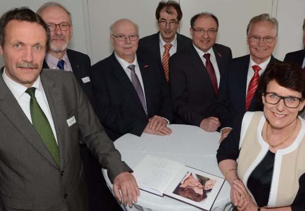 Staffelstabübergabe im BOW: Regina Westerfeld (vorn rechts) übergibt die Verantwortung für die Geschäftsführung an Bernd Steffestun (vorne links.) (Foto: Heiko Stoll, IHK)