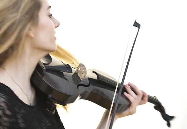 Unkonventionell und erfolgreich: Erstmalig gewinnt eine Violine aus Carbon den Deutschen Musikinstrumentenpreis 2015. (Foto: mezzo-forte / Hilla Südhaus)