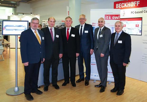 (v.l.n.r.): Prof. Dr. Friedhelm Meyer auf der Heide, Prof. Dr. Ansgar Trächtler (beide Heinz Nixdorf Institut), Dr. Eduard Sailer (Geschäftsführer Miele), Prof. Dr. Jürgen Gausemeier (Vorsitzender Clusterboard it´s OWL), Dr. Roman Dumitrescu (Geschäftsführer it´s OWL Clustermanagement GmbH) und Prof. Dr. Reiner Anderl (TU Darmstadt) zogen ein positives Fazit des ersten Fachkongresses Industrie 4.0 in der Praxis. (Foto: it´s OWL Clustermanagement GmbH)