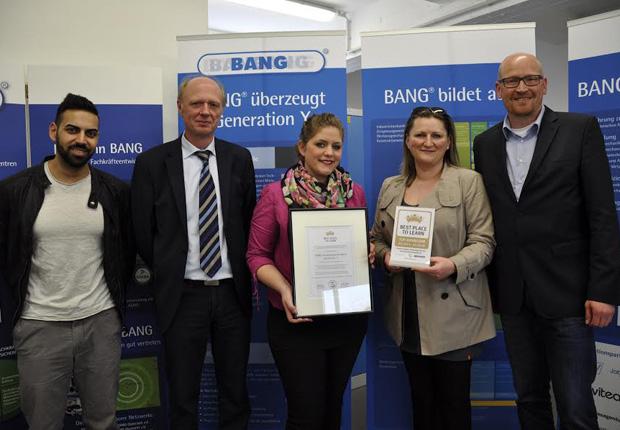 "v.l.n.r.: Bedi Cavindir (gpdm mbH), Dieter Sicking (Auditor ""Best place to learn""), Annika Ruhe (gpdm mbH), Marzena Palmowski (gpdm mbH), Achim Gerling (gpdm mbH, Leitung BANG- BANG Gütersloh), (Foto: gpdm mbH)"