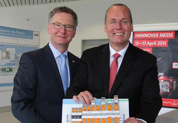 Roland Bent und Frank Stührenberg von der Geschäftsführung Phoenix Contact (v.l.n.r.) mit der neuen Federkraft-Hochstromklemme, einer der Neuheiten zur Hannover Messe (Foto: PHOENIX CONTACT GmbH & Co.KG)