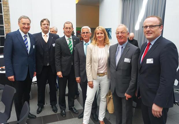 Gruppenfoto mit der Delegation aus Hengelo (v.l.n.r.:) Moenikes, Spenkelink, Schelberg, Nijland, van der Brugh, Erfling und Leuermann (Foto: Stadtverwaltung Emsdetten)
