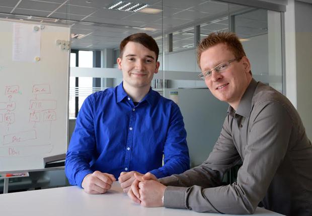 Von links: Sebastian Pscheidt und Patrick Enns wurden für herausragende Studienleistungen ausgezeichnet. (Foto: WAGO)