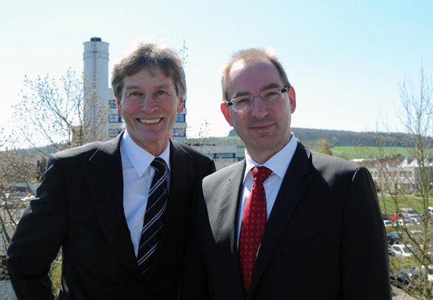 Prof. Dr. Nikolaus Risch (links) scheidet nach neunjähriger Tätigkeit als Vorsitzender satzungsgemäß mit Ende seiner Amtszeit als Präsident der Universität Paderborn aus dem Vorstand der Stiftung Studienfonds OWL aus. Neuer Vorstandsvorsitzender ist Dr. Oliver Herrmann (rechts). (Foto: Hochschule OWL)