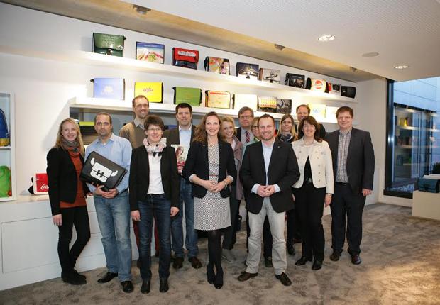 Wirtschaftsjunioren mit Vorstandssprecher Sebastian Ernst (vorne rechts) in Halfars Welt der Taschen. (Foto: Wirtschaftsjunioren Ostwestfalen e. V.)