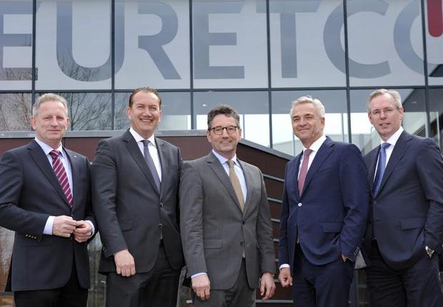 Auf dem Foto sehen Sie die Vorstände der EK/servicegroup und Euretco, von links: Bernd Horenkamp, Steve Evers, Franz-Josef Hasebrink, Harry Bruijniks, Ernst de Kuiper. (Foto: EK/servicegroup)