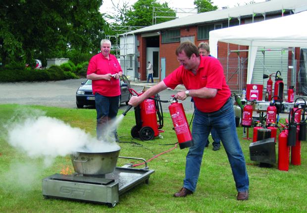 Die regelmässige Schulung aller Beschäftigten, sowie die Ausbildung von Brandschutzhelfern bilden die Grundpfeiler desbetrieblichen Brandschutzes. (Foto: Teuto Brandschutz und Sicherheit GmbH)