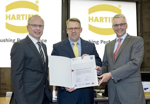 Freuten sich über die Auszeichnung: Dr. Michael Pütz, Vorstand Personal, Werksanlagen und Recht (links); Edgar Düning, Geschäftsführer HARTING Electric (Mitte); und Torsten Wächter vom Beratungsunternehmen custos consulting. (Foto: HARTING)