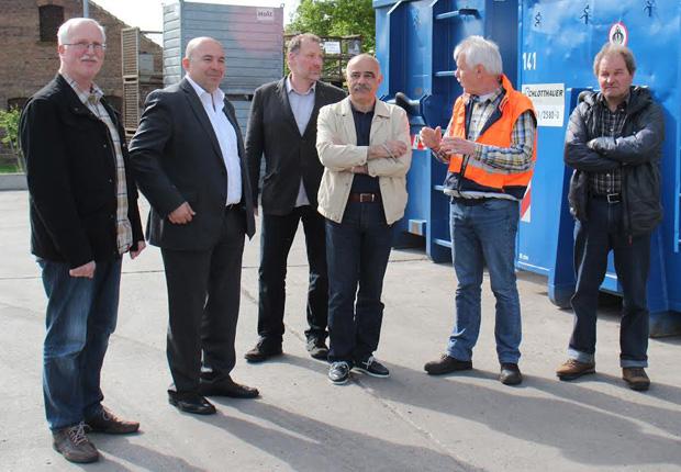 (v.l.) Jürgen Berkel (Stadt Detmold), Anestis Polychronidis (Ratsmitglied Oraiokastro), Johann Bergmann (Stadt Detmold), Irakis Tsakalidis (stellv. Bürgermeister Oraiokastro), Gerhard Tuttas (AGA gGmbH) und Dietmar Benning (Stadt Detmold) während der Besichtigung auf dem Gelände der AGA. (Foto: Stadt Detmold)