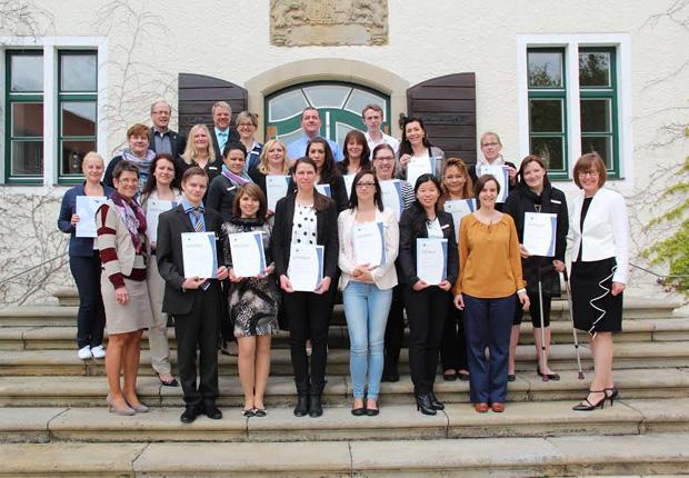 Die erfolgreichen Absolventen der ibF erhielten ihre Zertifikate von Tassia Giannopoulos, Bereichsleiterin Personal-Vertrieb bei CASINO MERKUR-SPIELOTHEK (vorne 2.v.r.) und Ute Horstkötter-Starke, Geschäftsführerin IHK Akademie Ostwestfalen (vorne r.), auf dem Schloss Benkhausen. Anika Günther (vorne 4.v.l.) ist die 400. Absolventin. (Foto: Gauselmann AG)