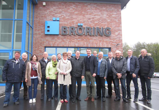 Bernd Bröring (Mitte) stellte den Mitgliedern des Aufsichtsrates der Hafen Spelle-Venhaus GmbH das Unternehmen H. Bröring im Speller Hafen vor und verwies auf geplante Erweiterung. (Foto: Samtgemeinde Spelle)