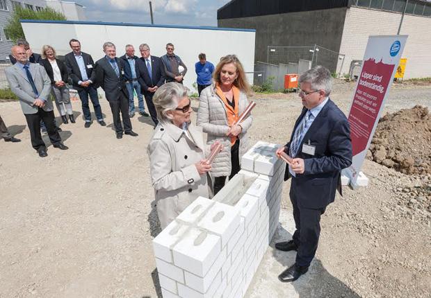 Im Vordergrund von links nach rechts: Frau Klara Niehus, Frau Anke Niehus und Herr Oliver Stüwe. (Foto: Gebr. Brasseler GmbH & Co. KG)