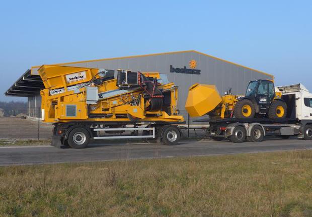 Auf dem neuen Demogelände gibt es eine Lagerhalle mit Büro und Schulungsraum. (Foto: Backers Maschinenbau GmbH)