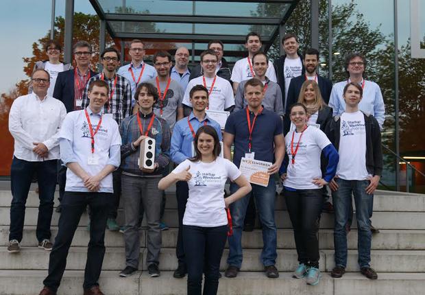 """Die Gewinner und Organisatoren des """"Startup-Weekends"""" freuen sich über die gelungene Veranstaltung. Mit dabei: Hubert Böddeker (3. v. li.) und Prof. Dr. Rüdiger Kabst (re.) (Foto: TecUP, Universität Paderborn)"""