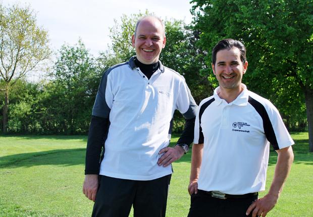 (v.l.n.r.) Volker Johannhörster, Geschäftsführender Gesellschafter p.l.i. solutions GmbH; Francesco Amatulli, Golftrainer am Golfclub Paderborner Land (Foto: p.l.i. solutions GmbH)
