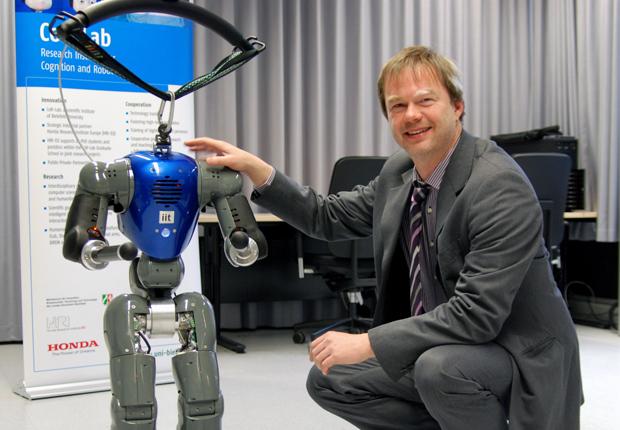 Der humanoide Roboter COMAN soll noch ein bisschen wachsen, damit er mit Erwachsenen interagieren kann. Professor Dr. Jochen Steil leitet das neue Forschungsprojekt. (Bild: Universi- tät Bielefeld)