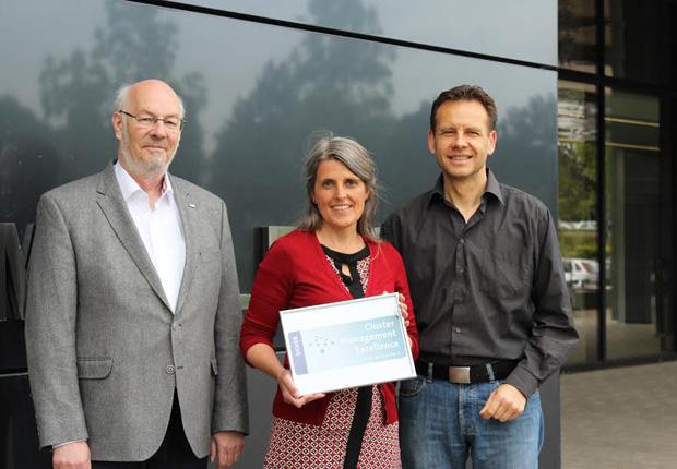 """Andreas Keil, Ulrike Künnemann und Michael Kemkes vom Innovationsnetzwerk InnoZent OWL freuen sich über die Auszeichnung mit dem """"Silver Label"""" des ECEI (v.l.) (Foto: InnoZent OWL e.V.)"""
